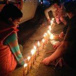 Niños encendiendo velitas el Día del Niño Perdido en Tuxpan