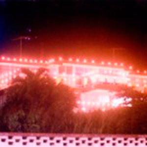 Foto de una casa iluminada con velitas